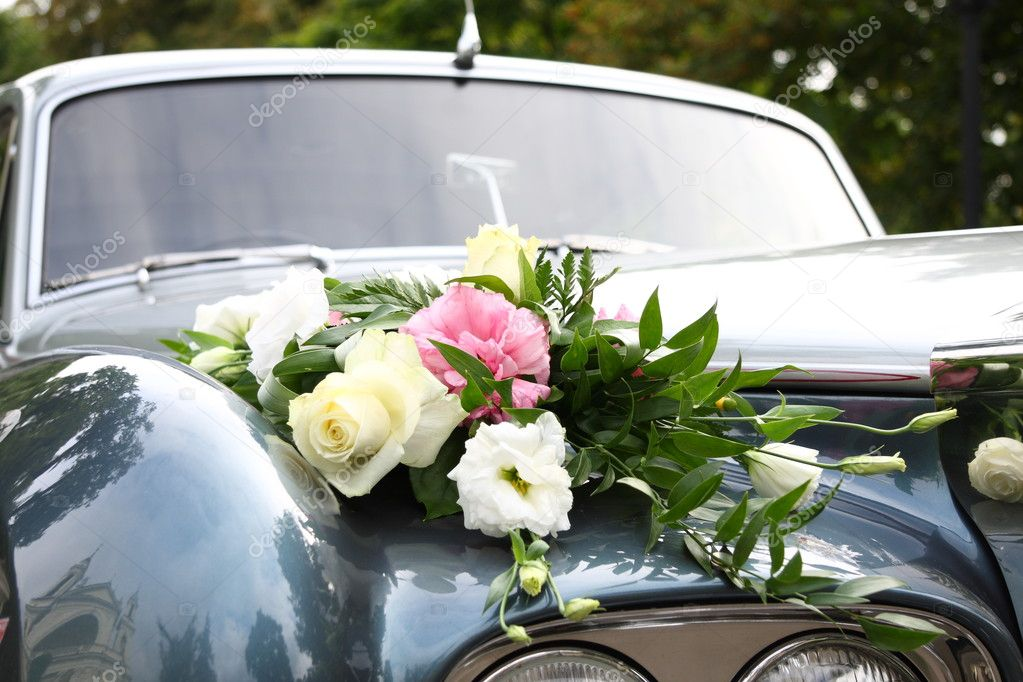Luxury wedding car decorated with flowers — Stock Photo #1756419