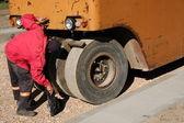 Werknemer een roller schoonmaken — Stockfoto