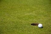 Golfboll nära hål — Stockfoto