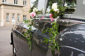 Old wedding car and flowers — Stock fotografie