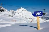 Sinal wc nos alpes — Foto Stock