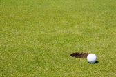 Piłeczki do golfa w pobliżu otworu — Zdjęcie stockowe