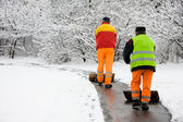 работники, удаление первый снег — Стоковое фото