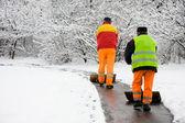 工人卸下第一场雪 — 图库照片