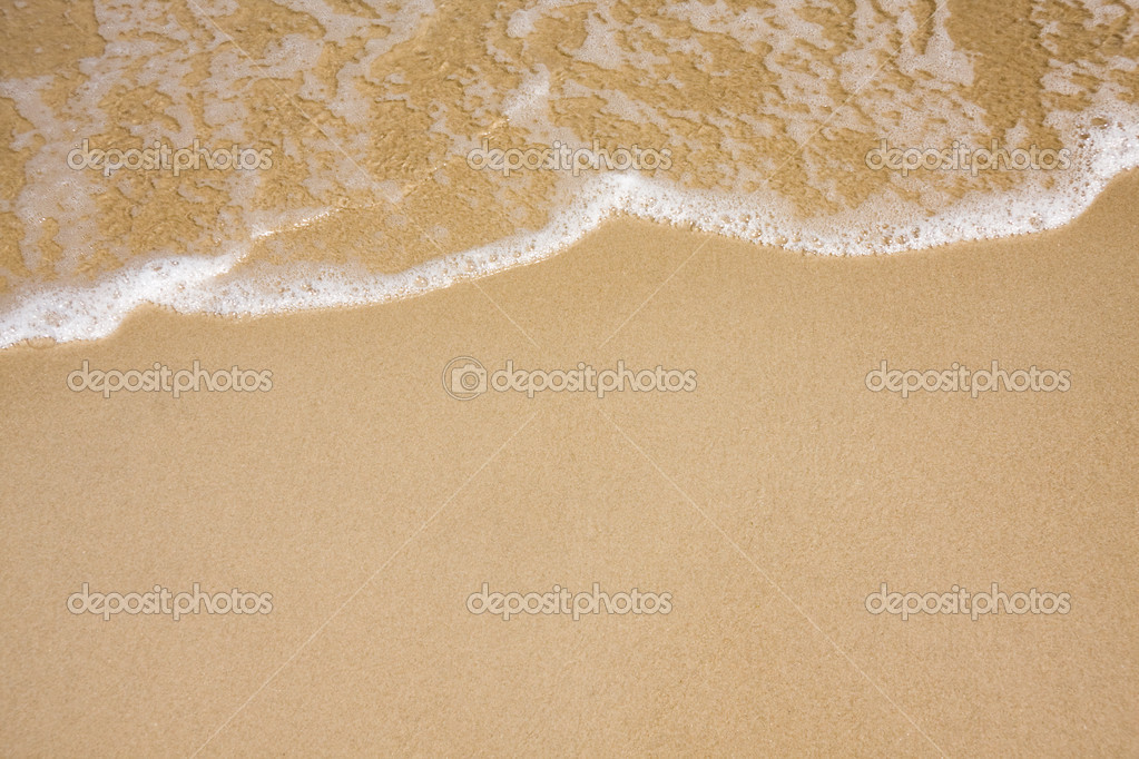 Wave of water on clear sandy beach — Stock Photo #2527848