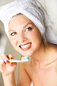 Frau, die zähne bürstet — Stockfoto