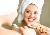 Pretty girl brushing teeth — Stock Photo