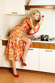 Pretty housewife cooking dinner — Stock Photo