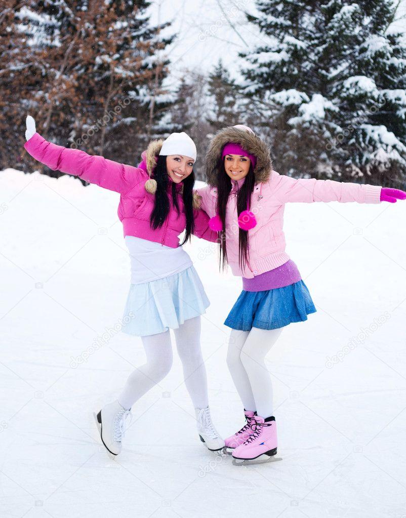 Картинки про зиму с девушками на коньках