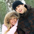 Foto Stock: Young couple in winter park