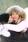 šťastný pár v zimě parku — Stock fotografie