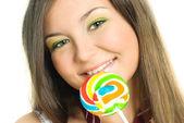 Söt flicka äter en godis — Stockfoto