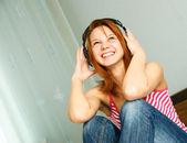 Kız ot müzik dinleme — Stok fotoğraf