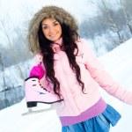 tjej går skridskoåkning — Stockfoto