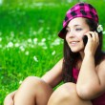 Девушка говорить на сотовый телефон — Стоковое фото
