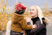 Genç aile açık — Stok fotoğraf