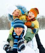 屋外の幸せな家族 — ストック写真