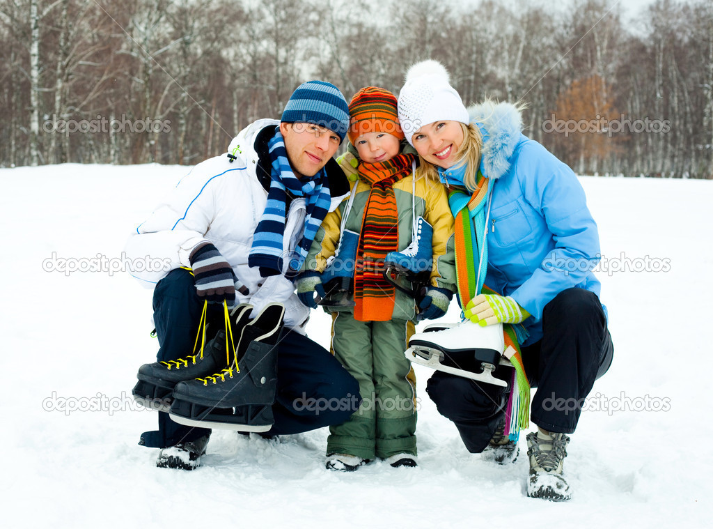 Happy young parents going ice skating with their son — Stock Photo #1891164