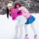Two girls ice skating — Stock Photo