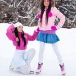 2 人の女の子のアイス スケート — ストック写真