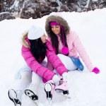 flickor som kommer till skridskoåkning — Stockfoto