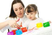 мать и дочь живопись пальцем краски — Стоковое фото