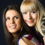 två glada unga allomfattande vänner — Stockfoto