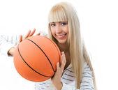Chica alegre lanzar una pelota de baloncesto — Foto de Stock