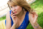 Woman talking on the cell-phone — Stock Photo