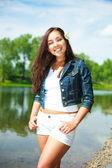 Brunette meisje in de buurt van het meer — Stockfoto