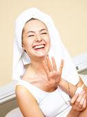 Hübsches mädchen nagellack anwenden — Stockfoto