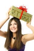 Pěkná dívka s dárek — Stock fotografie
