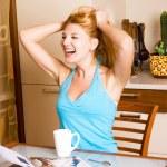 muchacha que ríe en la cocina — Foto de Stock