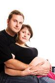 Jeune homme et sa femme enceinte — Photo