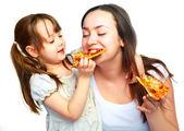 Moeder en dochter eten van pizza — Stockfoto