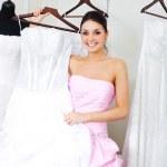 ragazza scegliendo un abito da sposa — Foto Stock #2001752