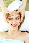 Kobieta zaczyna masaż twarzy — Zdjęcie stockowe