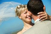 Glückliche braut und bräutigam im freien — Stockfoto
