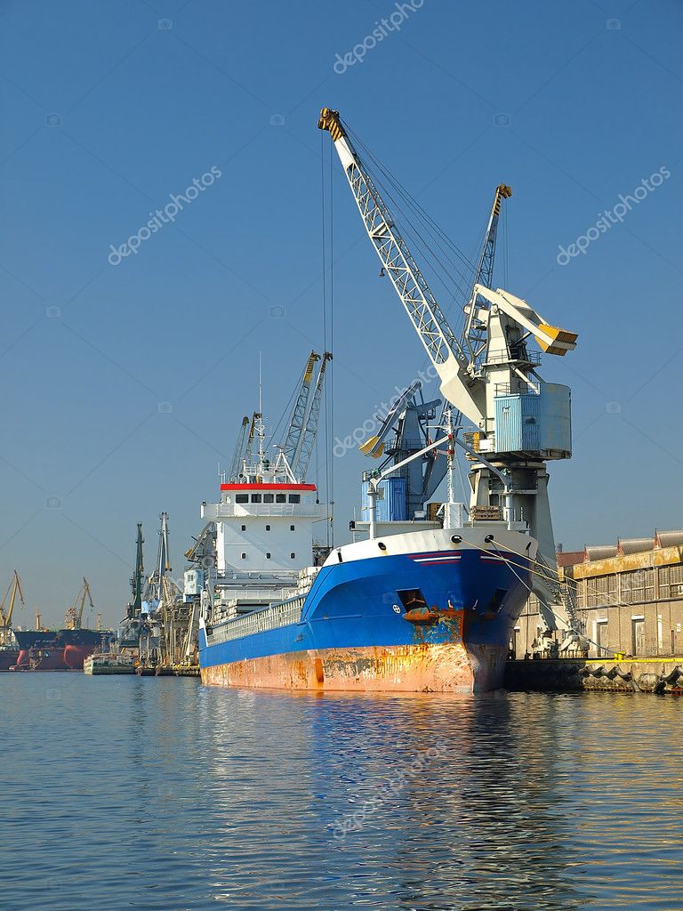 Cargo ship at dock waiting to be unloaded — Stock Photo #1789085