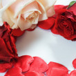 Love message, roses and hearts confetti — Stockfoto