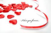 Láska pozadí. malé srdce a stuha — Stock fotografie