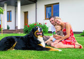 Happy family and house — Stockfoto
