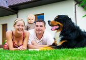 šťastná rodina a dům — Stock fotografie