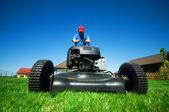 Koszenie trawnika — Zdjęcie stockowe
