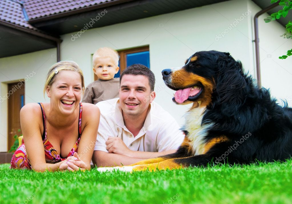 Happy family in front of their house — Zdjęcie stockowe #2045217