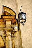 классические фонарь на каменной стены — Стоковое фото