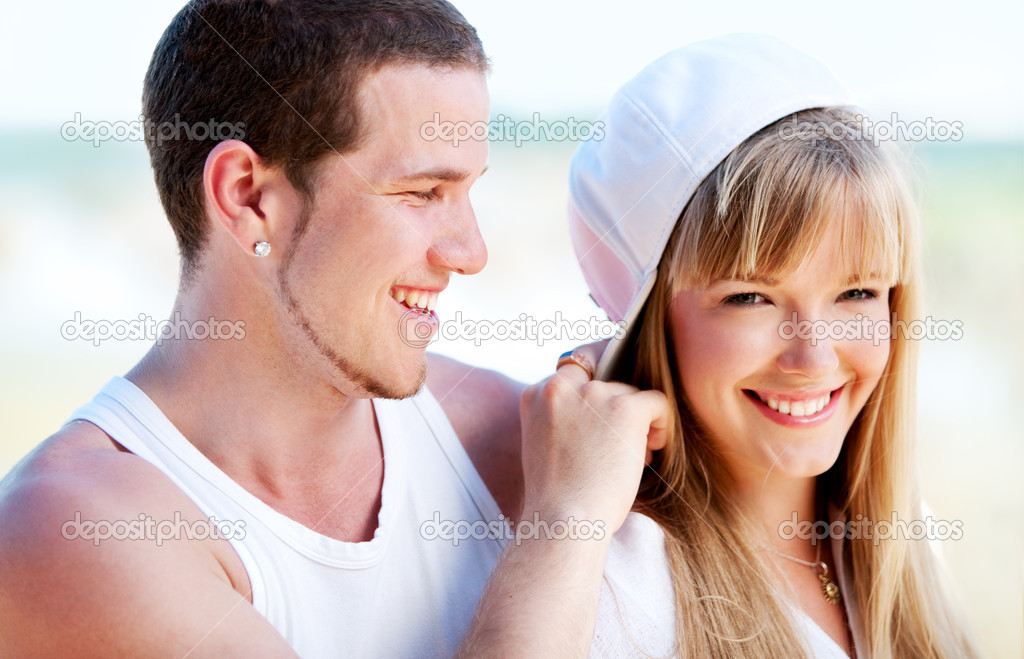 Happy couple standing on the beach near the ocean — Foto Stock #1744169