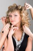 Jovem mulher ficando um make-up — Fotografia Stock