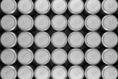 Lots of aluminum beer cans in row — Stock Photo