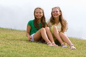 Χαρούμενος νεαρός φίλες — Φωτογραφία Αρχείου